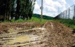 Cum sã construiesti douã scoli si un dispensar, dacã nu poti betona 1,5 kilometri de drum?!